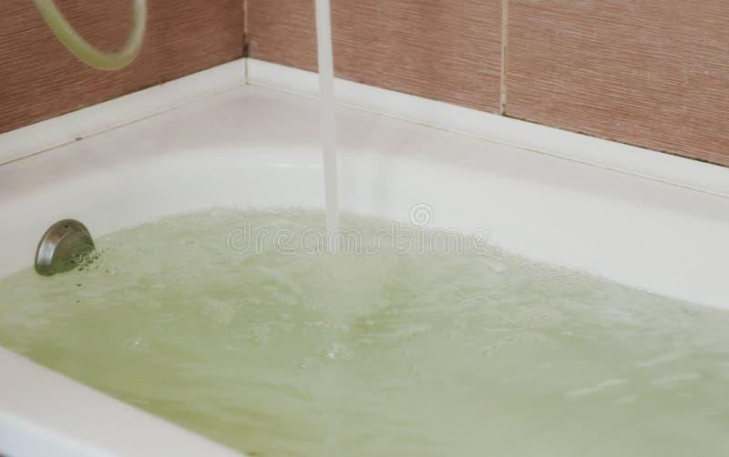 A água derramou na cuba Banho completo Fim acima fotografia de stock royalty free