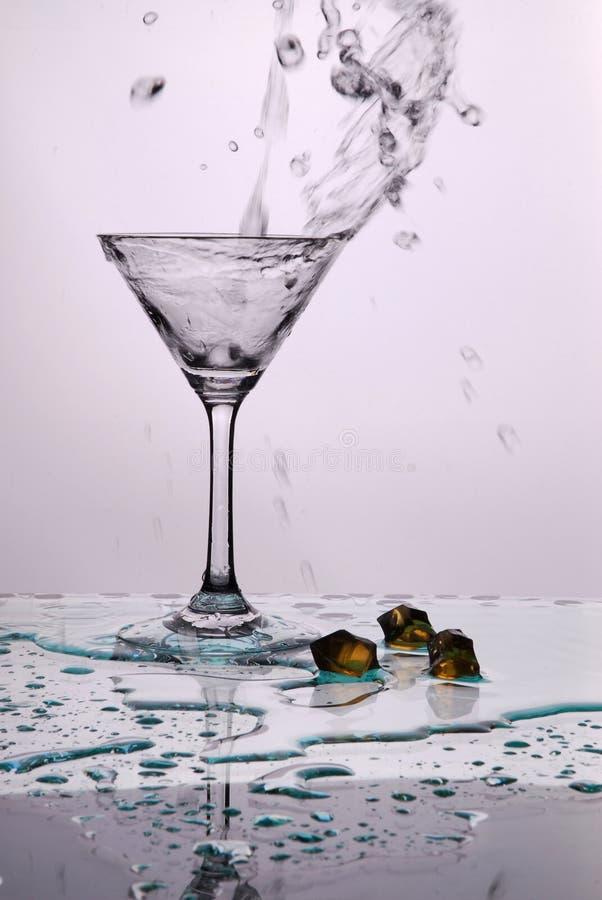 A água derramou no copo fotos de stock royalty free
