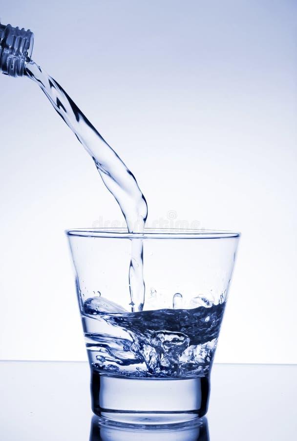 A água derramou no vidro fotos de stock royalty free