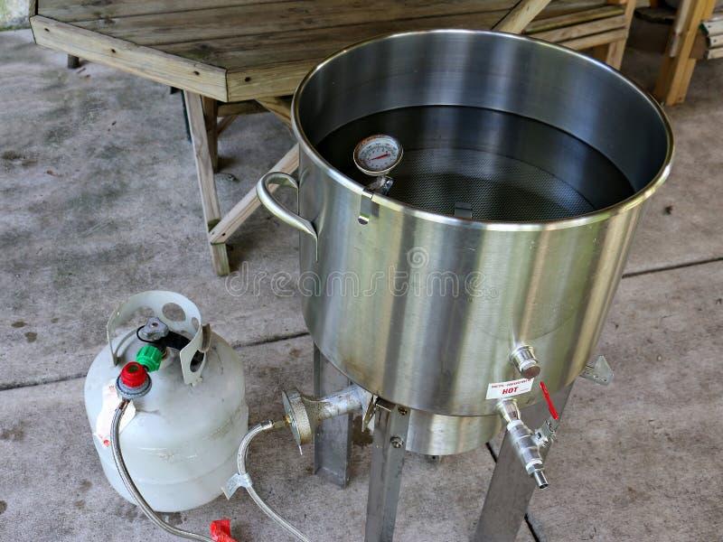 Água do aquecimento para fazer a cerveja em casa fabricada cerveja imagem de stock