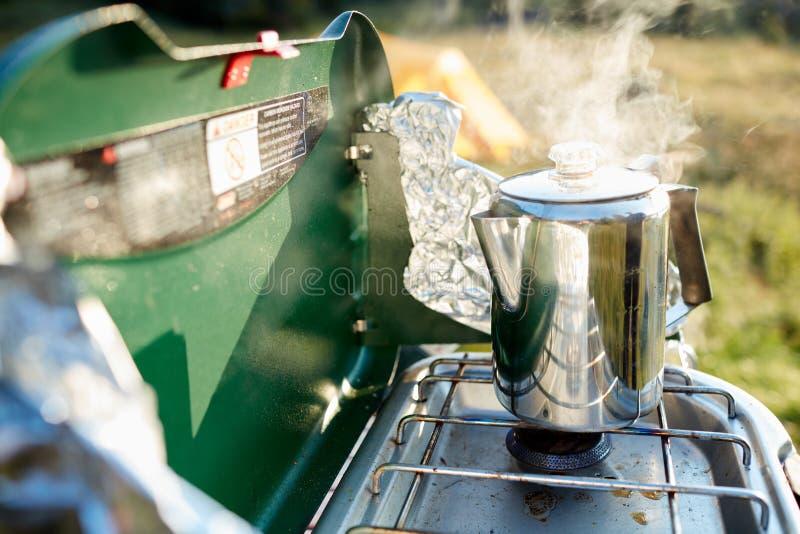 Água do aquecimento para o café em um queimador de gás foto de stock royalty free