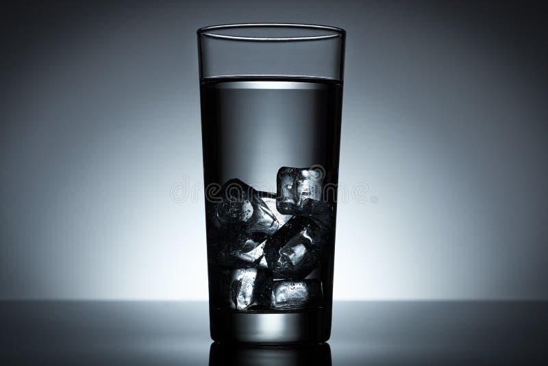 Água do cubo de gelo fotografia de stock royalty free