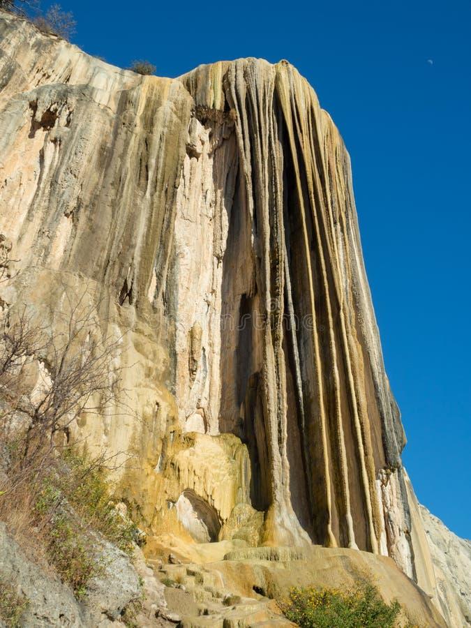 Água do EL de Hierve, formação natural da maravilha na região de Oaxaca em México, cachoeira da mola quente nas montanhas durante imagem de stock royalty free