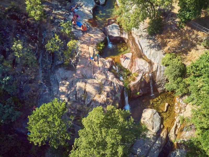 Água do la Olla de Garganta situado na Espanha de Extremadura As águas para milhões de anos, têm esculpido associações naturais n fotografia de stock royalty free