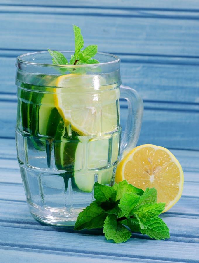 Água do limão do pepino imagem de stock