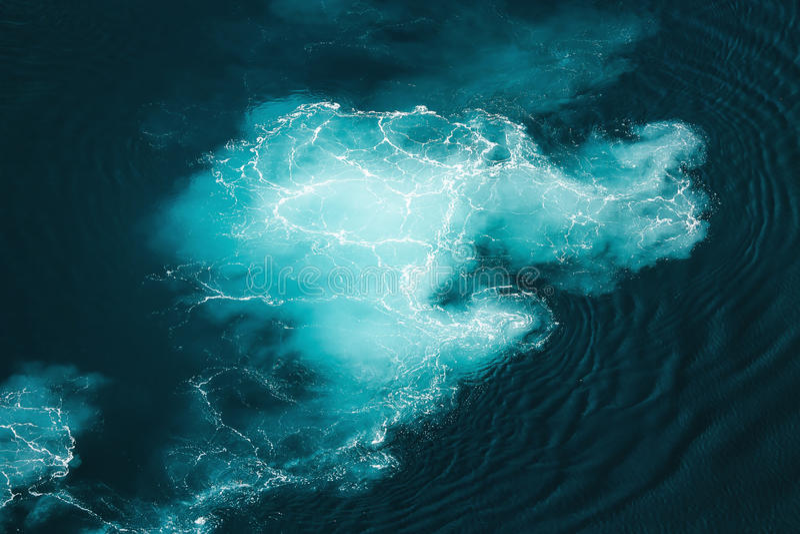 Água do mar abstrata de turquesa do respingo imagens de stock royalty free