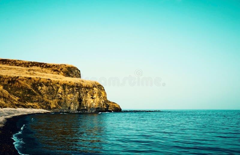 Água do mar alta das lavagens das rochas Rússia, Vladivostok imagem de stock royalty free