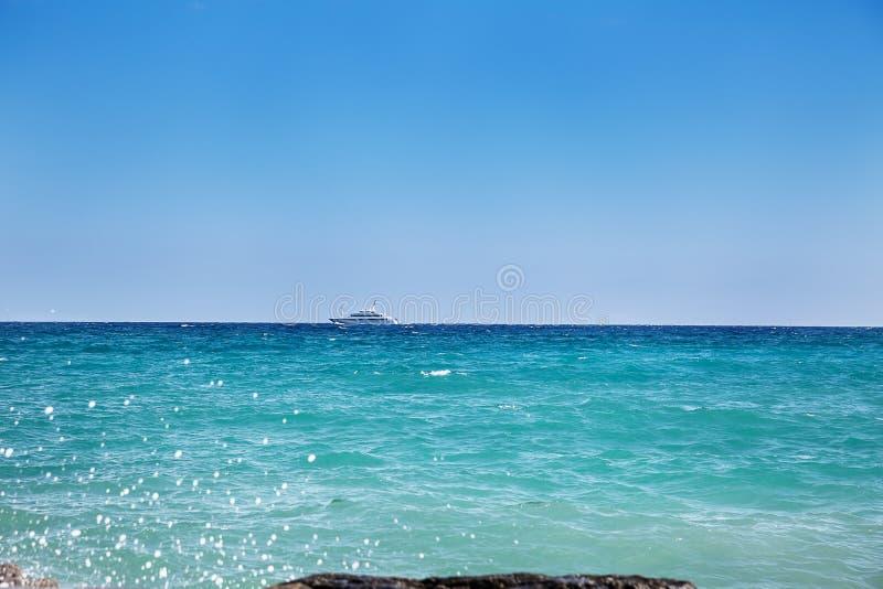 Água do mar azul abstrata com espuma branca para o fundo imagens de stock