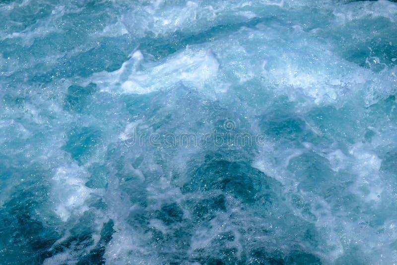 Água do mar azul incomodada com espuma branca, conceito abstrato do fundo da natureza fotos de stock royalty free