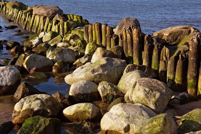 Água do mar Báltico de madeira velha de alemão foto de stock