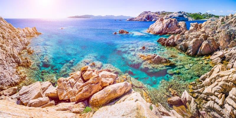 Água do mar clara pura dos azuis celestes e rochas surpreendentes na costa da ilha de Maddalena, Sardinia, Itália foto de stock