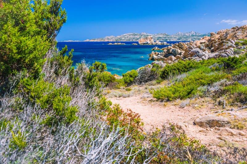 Água do mar clara pura dos azuis celestes e rochas surpreendentes na costa da ilha de Maddalena, Sardinia, Itália fotografia de stock