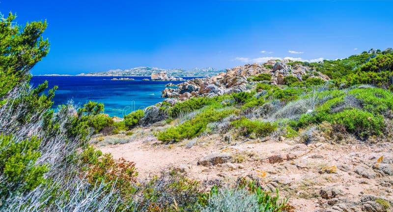 Água do mar clara pura dos azuis celestes e rochas surpreendentes na costa da ilha de Maddalena, Sardinia, Itália imagens de stock