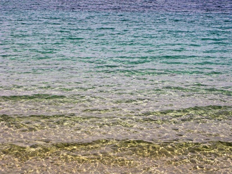 Água do mar com parte inferior arenosa imagens de stock
