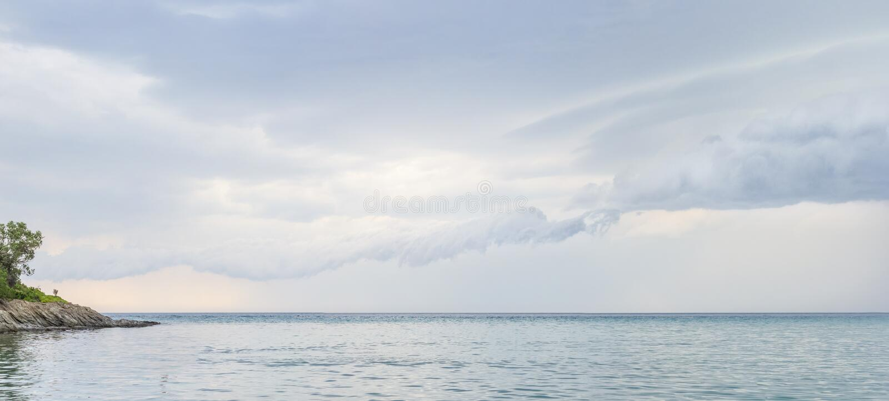 Água do mar no dia nebuloso, fundo da natureza Vista para o mar no dia de verão nebuloso fotos de stock royalty free