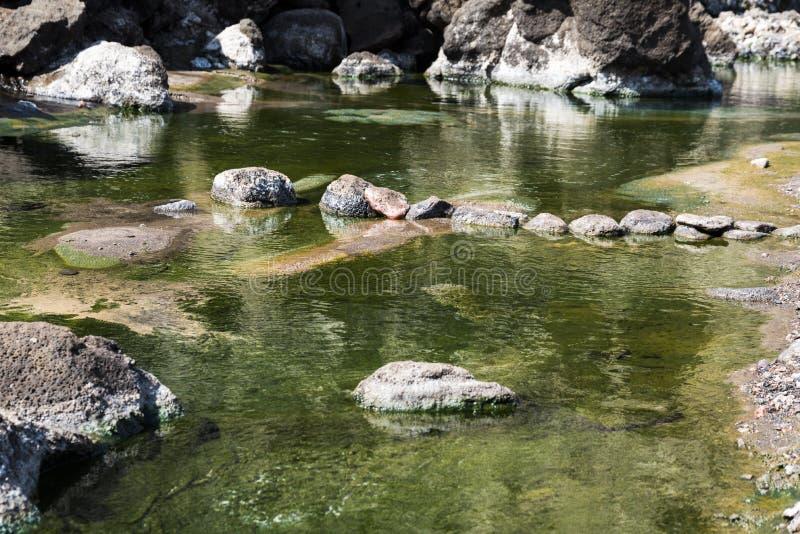 Água do mar quente e pequenos pântanos perto do lago Lac Assal Salt , 150 m abaixo do nível do mar - Djibuti, África Oriental fotografia de stock royalty free