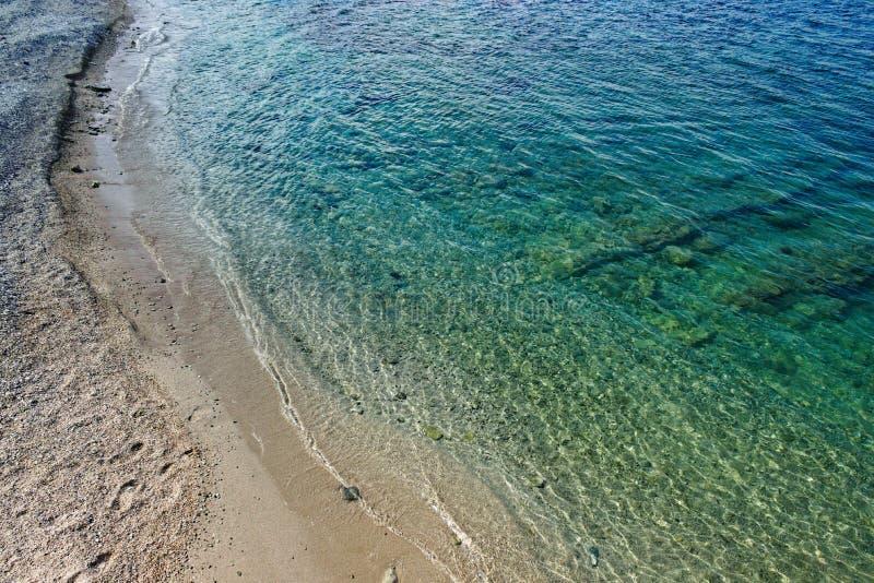 Água do mar transparente na praia foto de stock