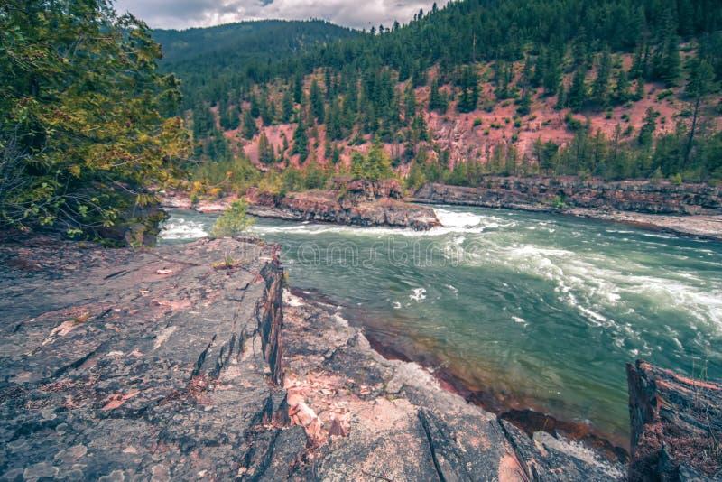 A água do rio de Kootenai cai em montanhas de montana imagem de stock royalty free