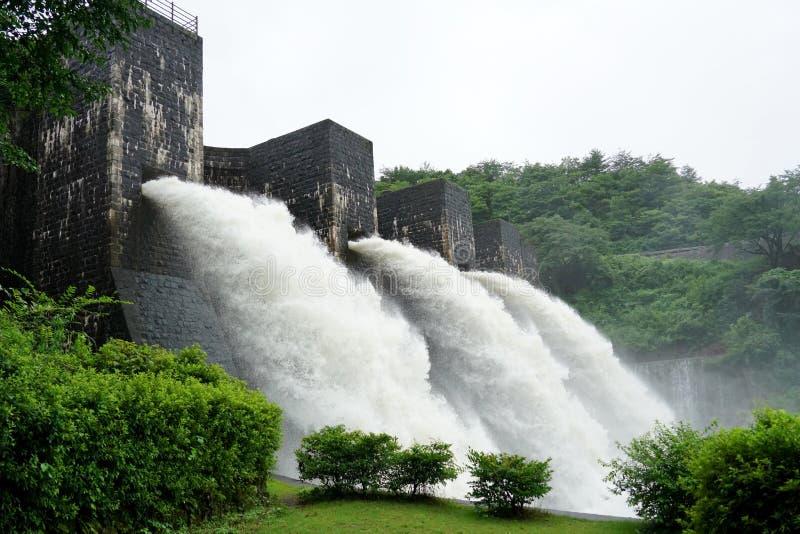 Água do rio de queda na represa bricked velha imagens de stock
