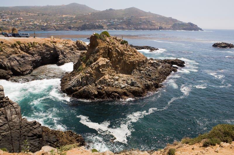 A água e as rochas bonitas aproximam o La Bufadora imagens de stock