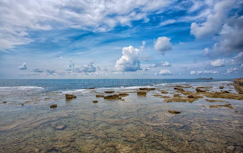 A água e as rochas claras perto da praia molham o mar Livorno azul claro Toscânia Itália imagens de stock royalty free