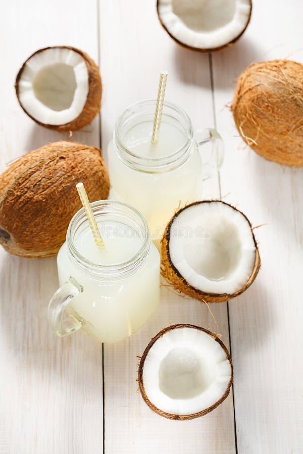 Água e cocos refrigerados de refrescamento do coco imagens de stock royalty free