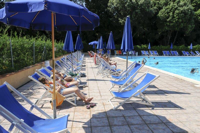 Água e guarda-chuvas foto de stock royalty free