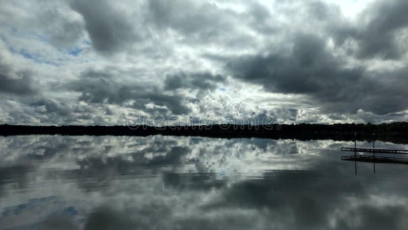 Água e nuvens imagem de stock