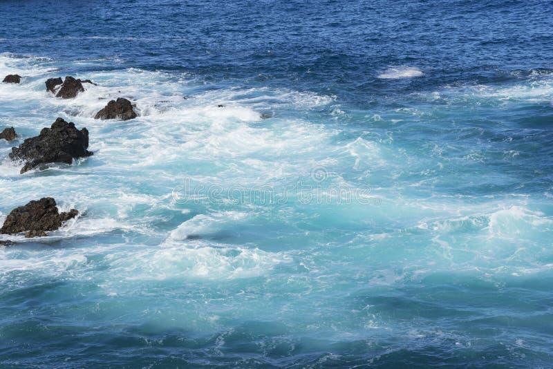 ?gua e rochas bonitas do oceano paisagem bonita das Ilhas Can?rias fotografia de stock