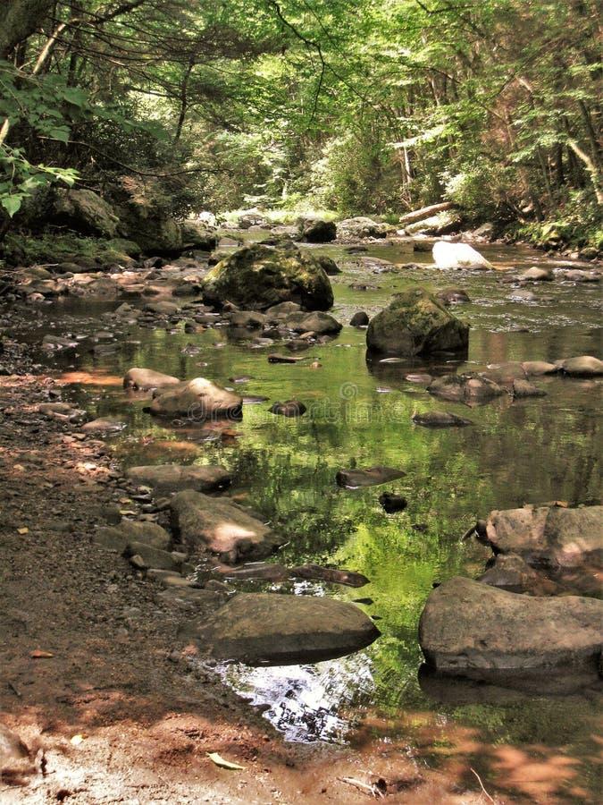 Água e rochas na angra de Cades imagens de stock
