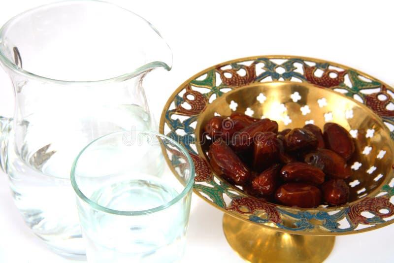 Água e tâmaras para iftar imagem de stock