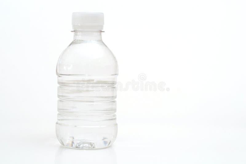 Água engarrafada no branco imagem de stock
