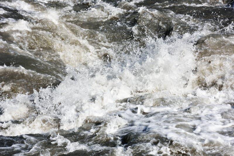 A água espirra do rio da montanha fotos de stock royalty free