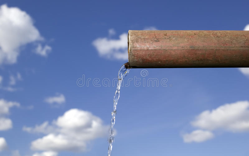 A água está caindo da tubulação fotografia de stock royalty free