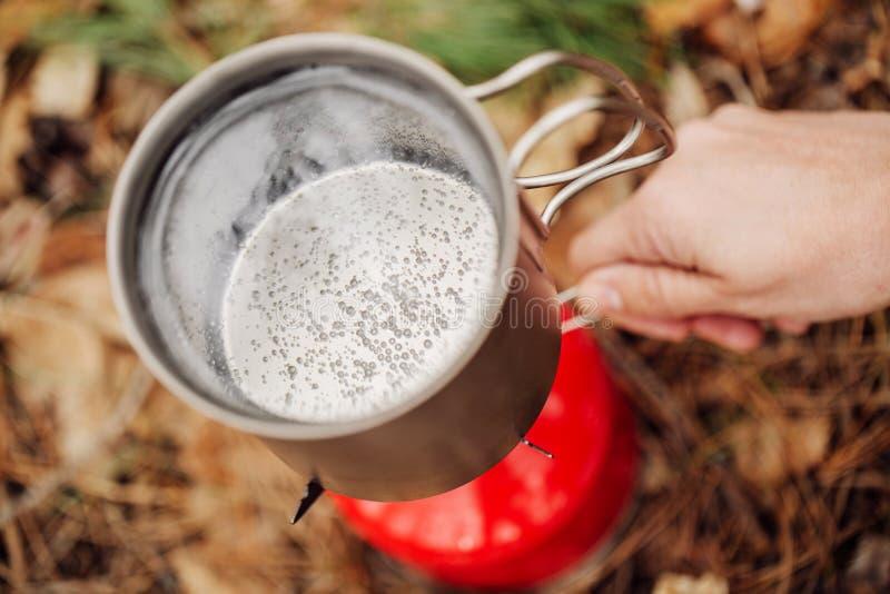 A água está fervendo em um potenciômetro em um queimador de gás fotos de stock
