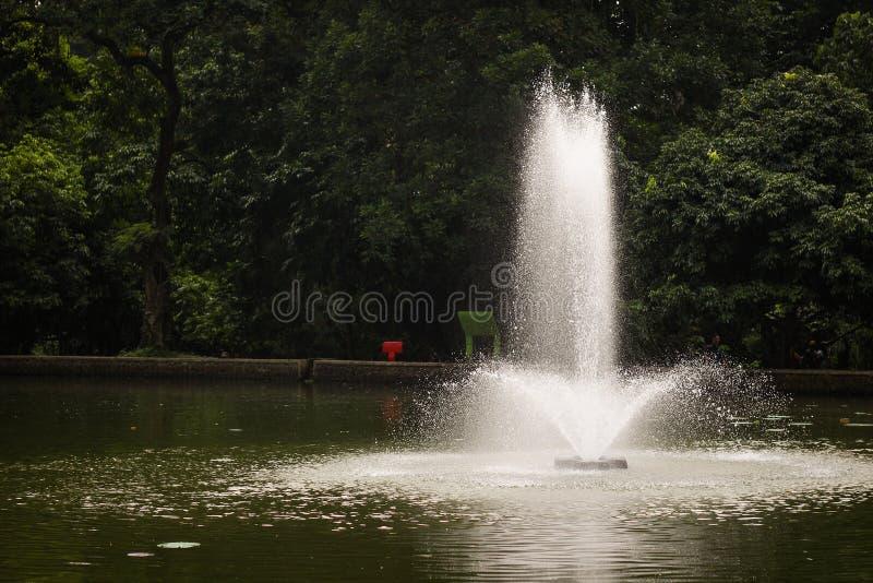 A água estourada no meio do lago imagens de stock royalty free