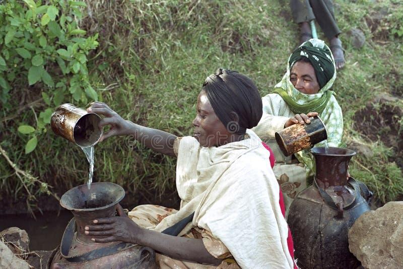 Água etíope do esforço das mulheres do poço natural fotografia de stock royalty free