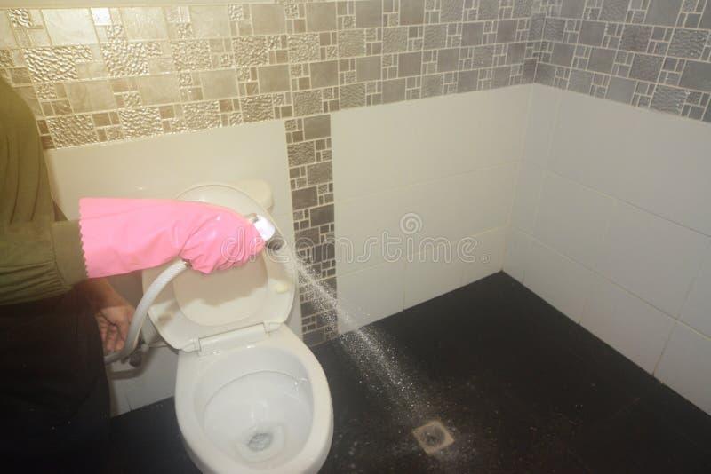 Água fêmea asiática do pulverizador da limpeza da empregada doméstica ou da empregada no assoalho foto de stock royalty free
