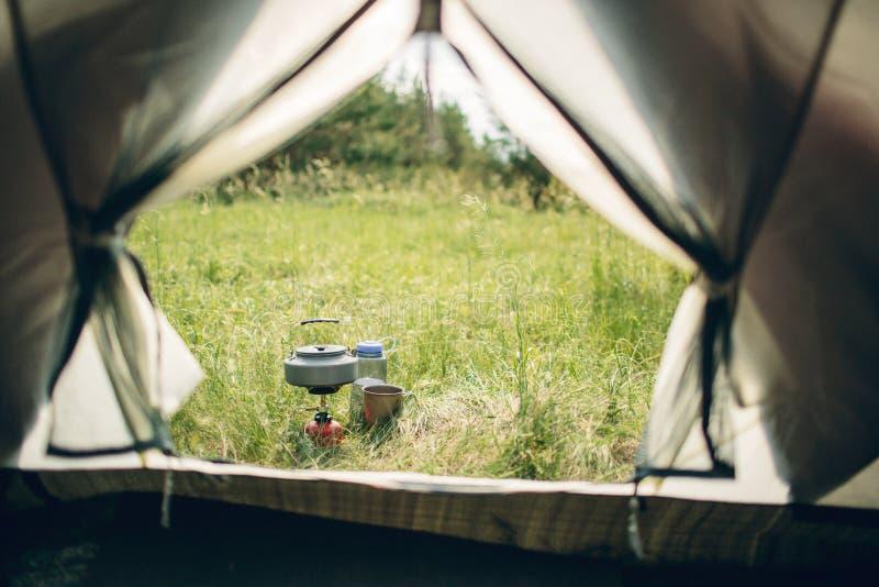 Água a ferver na chaleira no fogão de acampamento portátil imagem de stock royalty free