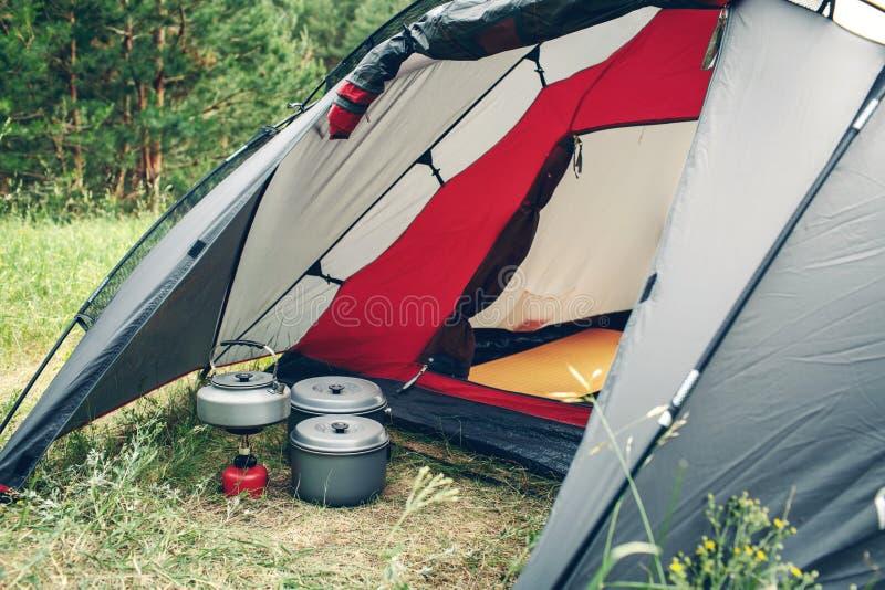 Água a ferver na chaleira no fogão de acampamento portátil foto de stock