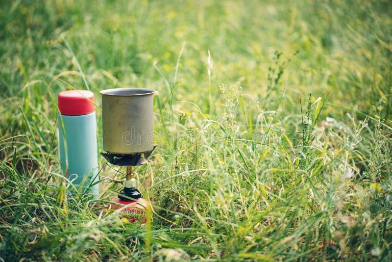 Água a ferver na chaleira no fogão de acampamento portátil fotografia de stock royalty free