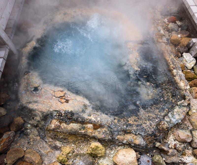 Água a ferver nos 80 graus da lagoa quente Célsio de Tessen da lagoa da mola do ferro, vale Jigokudani do inferno fotos de stock