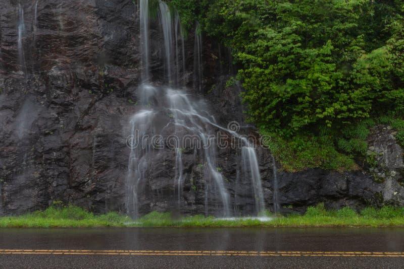 A água flui abaixo do penhasco em Ridge Parkway azul fotos de stock