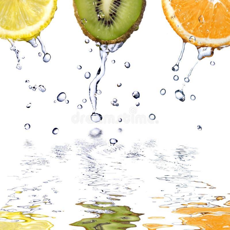 A água fresca deixa cair nos fuits isolados no branco foto de stock royalty free