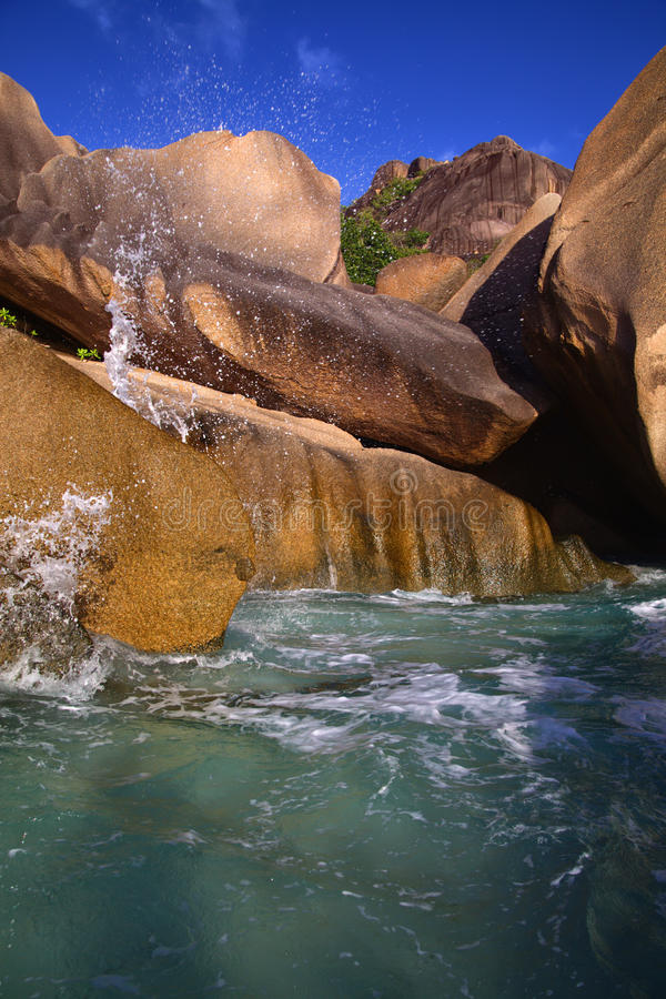 Água fresca que flui sobre as rochas ao oceano fotografia de stock royalty free