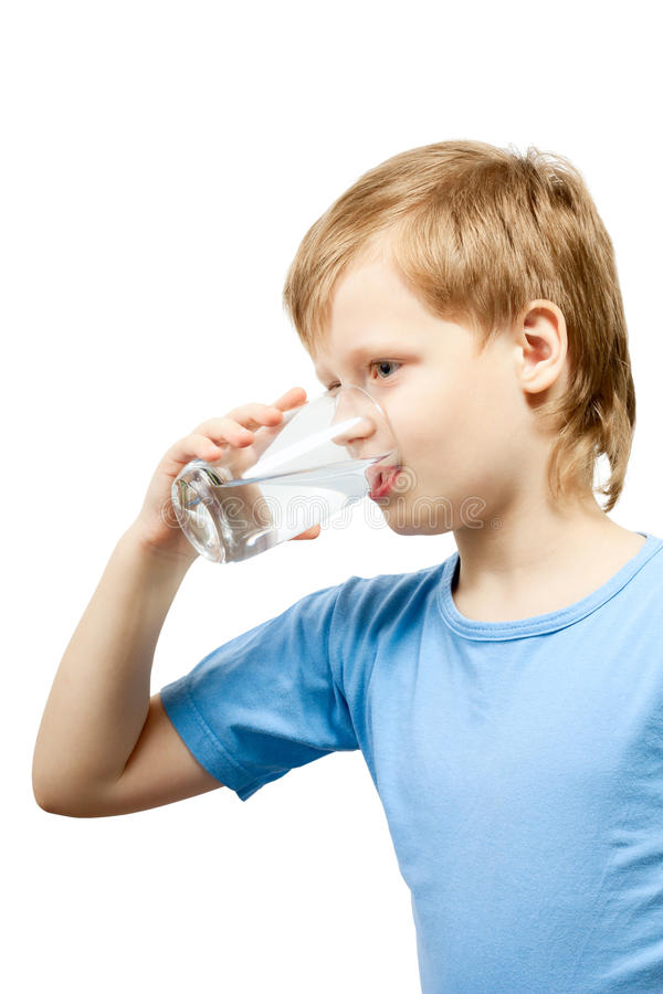 Água fria da bebida do rapaz pequeno fotos de stock royalty free