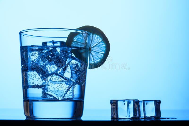 Água gasosa com gelo e limão fotos de stock royalty free