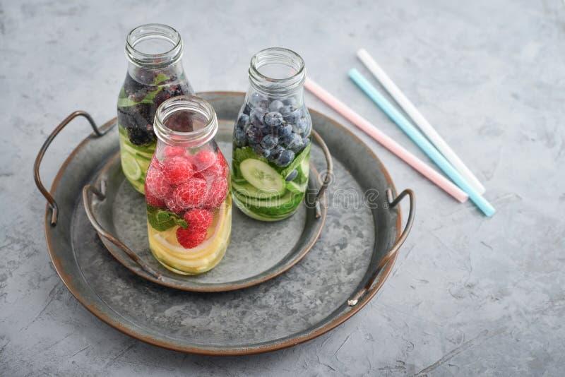 Água infundida com frutos frescos foto de stock