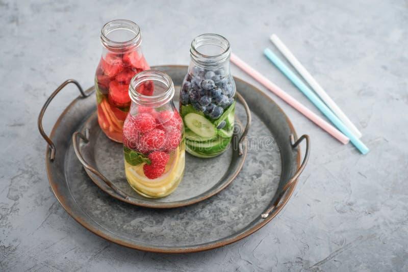 Água infundida com frutos frescos foto de stock royalty free