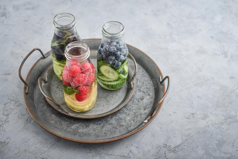 Água infundida com frutos frescos fotografia de stock